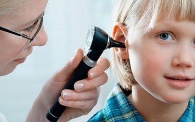 Як визначити і вилікувати отит у дитини?