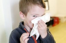 Білі соплі у дитини: чому і чим краще лікувати?