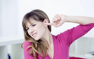 Булькає у вусі, але не болить: що робити і як лікувати