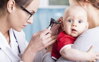 Як зрозуміти, що у дитини болить вухо: причини і симптоми