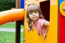 Можна гуляти при отиті, вести дитину в садок або школу