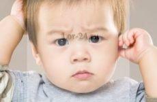 Чому дитина чухає вуха – причини і ознаки