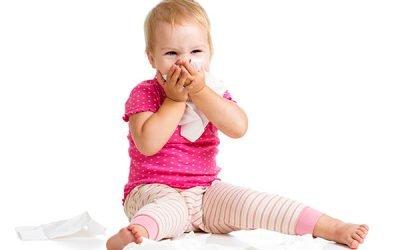 Дитина чхає і соплі: чим лікувати і що робити?