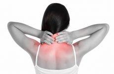 Тягне шию з правого або лівого боку: причини і лікування