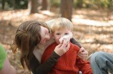 У дитини на вулиці течуть соплі: чому і що робити?