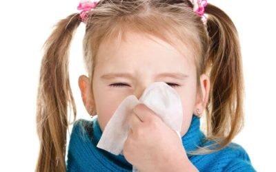 У дитини нежить і гнояться очі: причини і лікування