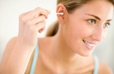 Заклало вухо після чищення ватною паличкою: що робити