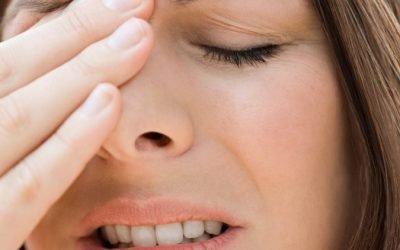 Болить лоб при нежиті між брів – що це може бути?