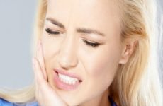 Біль у вусі при ковтанні: причини і методи лікування