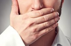 Свербить горло (гуде) всередині – причини і лікування симптому