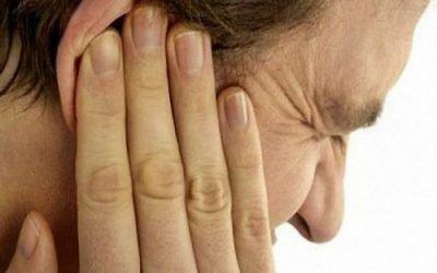 Клацає в вусі: причини симптоми і лікування