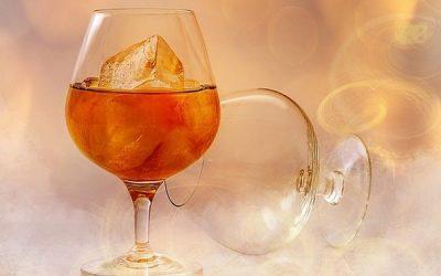Чи можна пити при ангіні алкоголь: полоскання горілкою і гаряче вино при болю в горлі