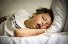 Дитина хропе уві сні: причини і лікування, якщо соплів немає